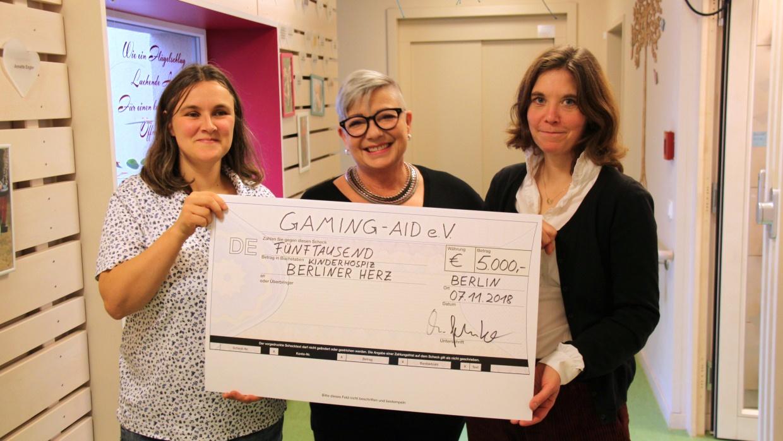 Christiane Gehrke, stellvertretende Vorstandsvorsitzende von Gaming-Aid e.V. (m.), gemeinsam mit Anke Haase, Einrichtungsleiterin des stationären Kinderhospizes (l.), und Kathrin Aenn Hackmann, Leiterin des ambulanten Kinderhospizes (r.)