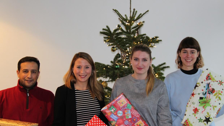 Ahmed von den Neuen Nachbarn (l.) und Nadja von den JuHus (r.) nahmen glücklich die Geschenke von Frau Bertram (M.l.) und Frau Münster (M.r.) entgegen