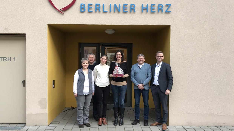 Torsten Jahn, Geschäftsführer der Pelikan Vertriebsgesellschaft mbH & Co. KG (r.), besuchte gemeinsam mit den Mitarbeitenden Kathrin Wengatz (l.), Detlef Heppe (2.v.r.) und Mira Willert (Fotografin) unser Berliner Herz