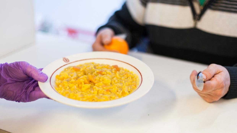 Der Tagestreff mit Suppenküche, Kleiderkammer, Duschmöglichkeiten und ärztlicher Versorgung hat von 8 bis 17 Uhr geöffnet. Zwischen 18 und 6 Uhr wird KARUNA nun ein Nachtcafé in den Räumen betreiben.