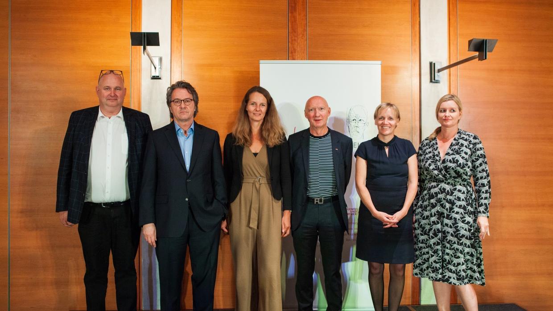 Stifter Markus Frank, Preisträger Ralf Rothmann, Staatsministerin Bettina Martin, Stifter Prof. Dr. Carsten Gansel, Stifterin Katrin Raczynski und Laudatorin Dr. Julia Encke (v.l.n.r.)