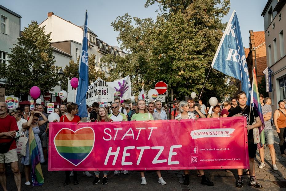 """Demonstrierende bei der """"Brandenburg ist mehr""""-Kundgebung Ende August in Königs Wusterhausen"""