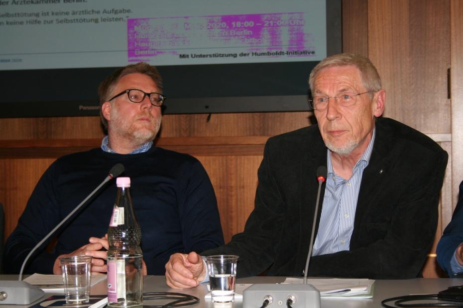 HVD-Bundesvorstand Erwin Kress (rechts) im März 2020 zum Erfolg der bestätigten Verfassungswidrigkeit des § 217 StGB auf dem Podium u.a. mit Prof. Steffen Augsberg (links) der diesen mitverfasst und für die Bundesregierung vertreten hatte. Foto: Frank Spade