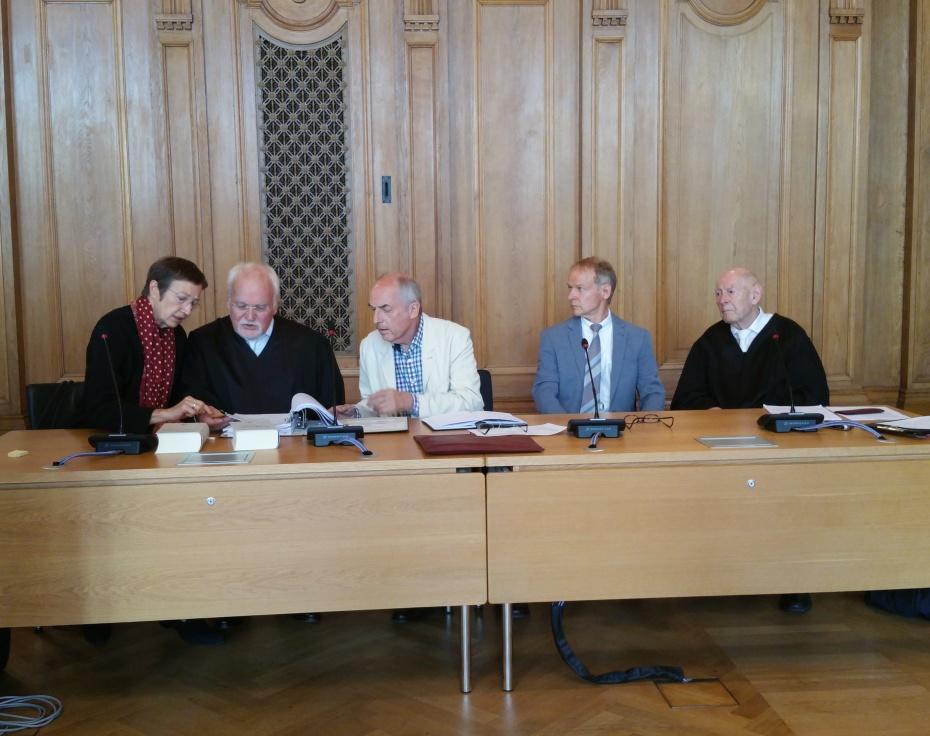 Die Anklagebank mit den freigesprochenen Ärzten Dr. Spittler und Dr. Turowski (mittig);  Foto: Frank Spade